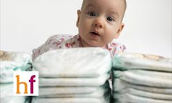 Cómo cambiar el pañal del bebé (con pantalones)
