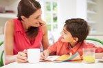 Estudiar con mamá, ¿es bueno o malo? (THINKSTOCK)